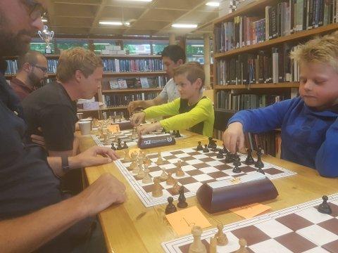 POPULÆRT SPILL: Østensjømesterskapet i sjakk gikk av stabelen under bydelsdagene, men du kan spille sjakk på biblioteket på Bøler hver eneste mandag. Foto: Privat