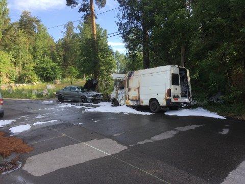 BILBRANN: To biler ble flammenes rov i Knud Øyens vei søndag morgen.