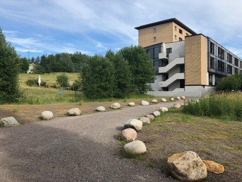 I fjor ble den ulovlige parkeringsplassen ved Abildsø sykehjem fjernet. Debattanten mener bårebilen fortsatt bør få parkere her i forbindelse med bisettelser i kapellet.