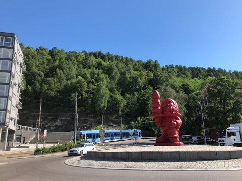 NY: Nisseskulpturen er over seks meter høy og laget av Paul McCarth.