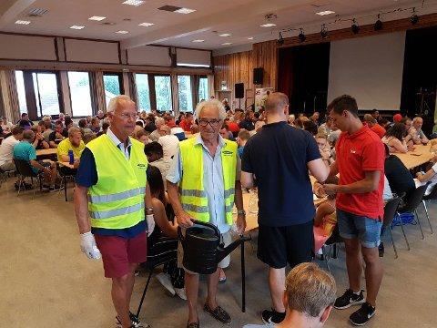 MIDDAG: Gunnar Myhre og Petter Herø fra Bekkelaget Rotary organiserte middagsservering for dommerne i Norway Cup.