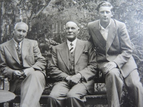 Krigen har akkurat brutt ut: Farfar, far Einar og sønnen Leif, alle Norum, i Åsdalsveien. Farfar i midten. Foto: privat