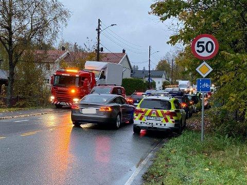ULYKKE: Bergingsbil, politi og ambulanse er i Nordstrandveien etter at de involverte bilene ble flyttet fra E6.