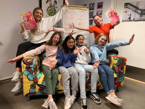 SATSER PÅ JENTER: På Lambertseter fritidsklubb skal Utekontakten tilrettelegge mer for jenter, i et sosialt miljø som blir dominert av gutter. På bildet ser vi (fra venstre) praksisstudenten Emilie, Kathinka (13), Elise (13), Dilhumar (13), Henriette (15) og miljøterapeuten Cecilie Troberg Stærnes.