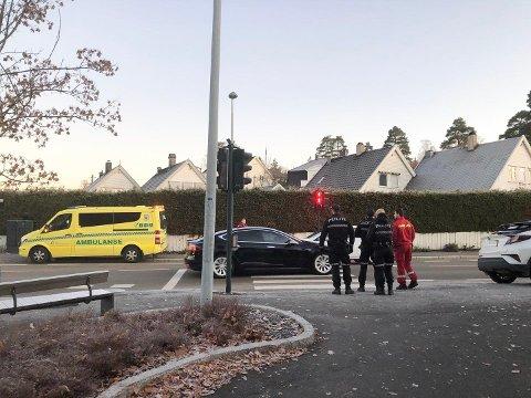 KOLLISJON: To biler skal ha kollidert. Nødetatene er på stedet og trafikken flyter fint forbi.