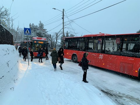 LJABRUVEIEN: Det meldes om kaos i Ljabruveien, busser som sliter på glatta og lange køer.