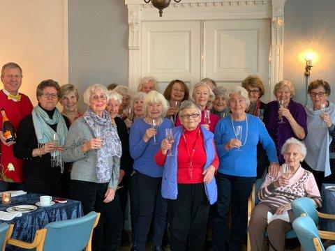 Sprudlende 60+ damer på Villa Holtet med frivillig hovmester Ivar Franck (til venstre)