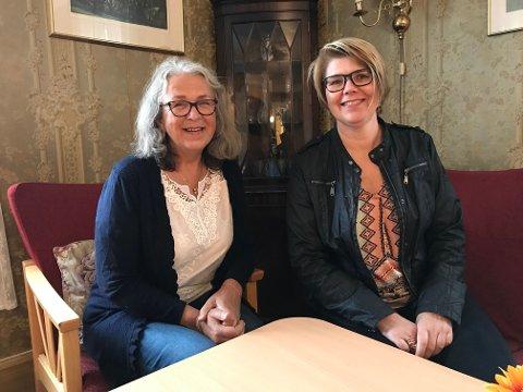 Grethe Homlung og Randi Clutch i stua på Manglerud gård