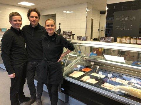 VELKOMMEN: Reynir Johannesson, Larus Johannesson og Gulla Johannesdottir kunne på rekordfart åpne den nye butikken på Lambertseter Senter. Nå ønsker de kundene velkommen innom syv dager i uka.