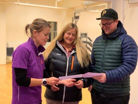 BEST HELSE: Det er hyggelig å samarbeide med Stolpejakten på Nordstrand, sier daglig leder Tiina Toikka. Stolpejakt er fin trening for mange. Her deler hun ut årskortpremier til Vibeke Haugsrud og Stian Våge.