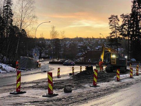 NÅ: Gravemaskinen er nå i gang i krysset Langbølgen-Nordstrandveien.
