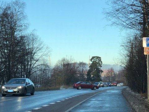 Kø og såpeglatt i Østensjøveien i formiddag.