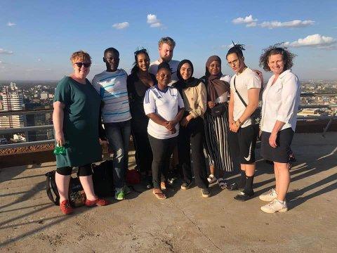 PÅ TUR: Fra venstre: Annelene Rør (rådgiver), Julius Obeni (lokal), Niyet Habtezghi, (elev) Ibulelee Kawinsi (lokal), Kjetil Hoem Borgan (elev), Maryam Javed (elev), Faadumo Ahmed (elev) Ibrahim Bouzakraft (elev)