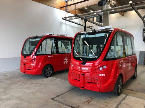 ODA OG MADS: To selvkjørende busser venter på å komme i trafikk, først langs Akershusstranda. Neste rute som etter planen får førerløse busser kommer på Nedre Bekkelaget og Malmøya. Foto: Ruter