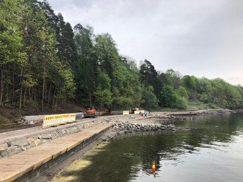 FIKSES: Ved Nordstrand bad kommer det blant annet ny kantstein og asfalt, ferdiggplen og to benker. Dette bildet ble tatt 1. mai.