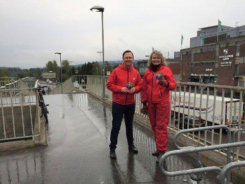 Kristin Sandaker, Leder av bydelsutvalget i Østensjø, AP og Erling O. Turtum, Leder Østensjø AP. Bildet er tatt i forbindelse med en valgkampaktivitet på Manglerud tidligere i år.