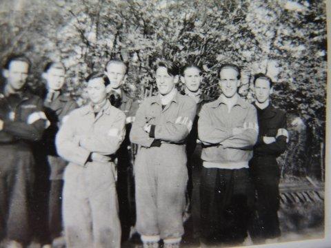 Fredsdagen 8. mai 1945: 2. troppen i Bekkelaget Milorg klar for å besette den tyskokkuperte kringkastingsstasjonen på Lambertseter, iført hvite armbind med påsydd flagg. Fra venstre: Roald Dahl, Aslan Findreng, Arne Foss, Arne Eklund, Per Stokke-Hansen, Roald Dølven, Leif Mikkelsen og Finn Stokke-Hansen.