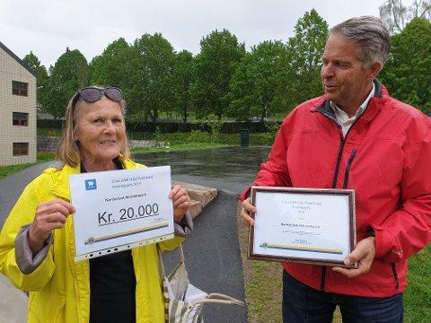 PRISEN: Birte Egeland i Nordstrand Lions kunne dele ut diplom og 20.000 kroner til en takknemlig ildsjel og styreleder i Nordstrand aktivitetspark, Tor Øvrebø.