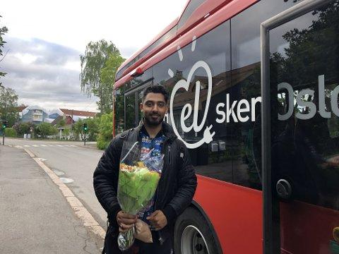 FØRSTEMANN: Bharat Sharma var første passasjer på de nye elbussene som ble satt i drift på busslinje 74 søndag 26. mai. Sharma kunne fortelle at bilen hans nylig ble levert til vraking og trolig blir det ikke noen ny bil med det første.