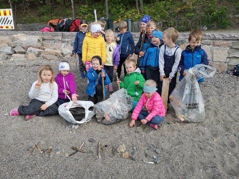 Ivrige strandryddere fra Ekeberg idrettsbarnehage gjorde en innsats på Nordstrand bad. Foto: Innsendt