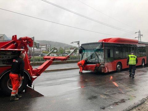 BUSSULYKKE: Det var dramatiske minutter for reisende med denne bussen, da føreren opplevde at bremsene sviktet. For å stanse bussen kjørte han inn i en vegg, like ved Skullerud T-bane. Her er bussen trukket tilbake fra ulykkesstedet.