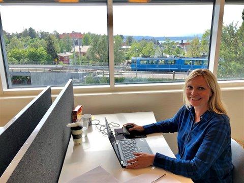 UTSIKT: Kristin Stoltenberg har god oversikt over nærmiljøet fra den nye arbeidsplassen sin på Sæter.
