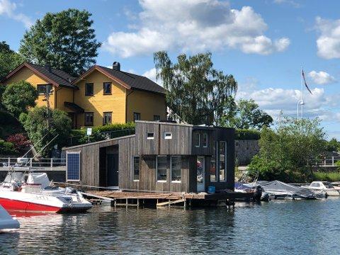 HUSBÅT-KRANGEL: Plasseringen av denne husbåten ved Ormøya ansees som ulovlig. Eier nådde ikke frem med klager om at det er en fritidsbåt som ser ut som et hus, og  derfor bør kunne ligge ved en båtplass som en vanlig båt.