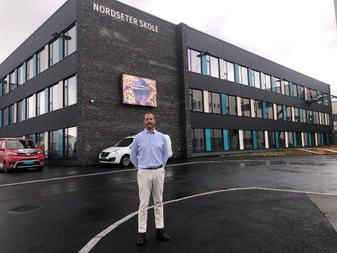 Rektor Gjermund Jørgensen er strålende fornøyd med nye Nordseter skole.