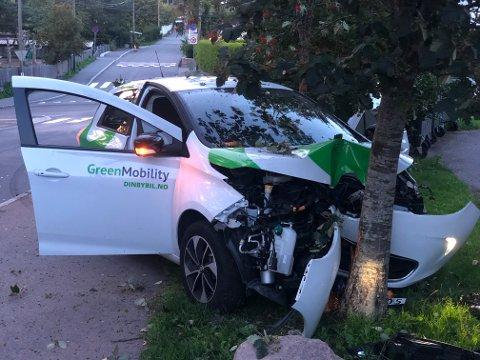KRÆSJET: Det var en av Vys bybiler som endte sin ferd i et tre i Solveien søndag kveld. Foto: Privat