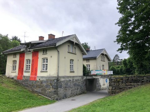 KUNST OG HÅNDVERK: De gamle portnerboligene i Hvervenbukta huser flere kunstnere og gallerier.