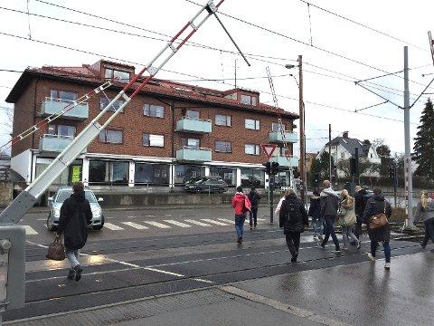 KASTELLET: Planovergangen ved Kastellet stasjon/Kastellveien er en av fire som nå skal opgraderes med nytt bomanlegg.