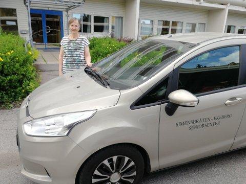 Bilde viser seniorsenterets bil og daglig leder Torunn Leiknes.