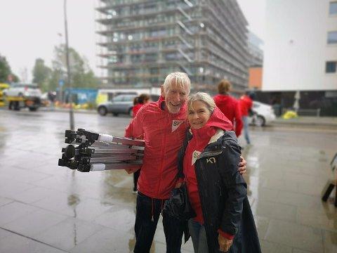 Mange frivillige stilte opp på valgkampaktiviteter for SV i fjor, uansett vær. Her er Tedd Urnes og Lilly Næss fra Nordstrand SV.