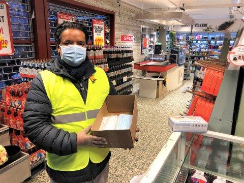 MÅ HA PÅ MUNNBIND: På Spar Kastellet kommer du ikke inn i butikken uten munnbind. De har hyret to ansatte som står ved inngangen for å dele ut munnbind til dem som ikke har det med selv.