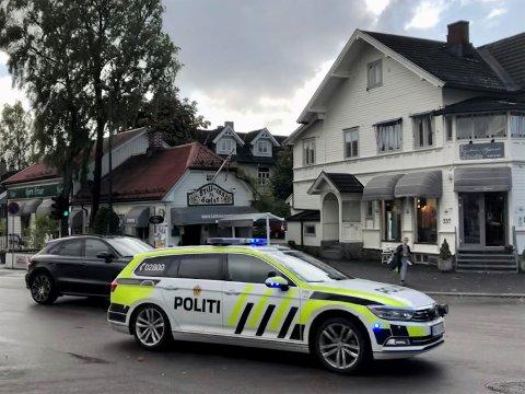EGG: Politiet fikk inn meldinger om ungdom som kastet egg på biler og personer i Sæterkrysset - lørdag kveld. Her fra en utrykning tidligere.