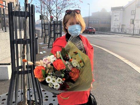 Lisbet Frøystadvåg (53) på Nordstrand sier farsdagen i år betyr ekstra mye, da faren hennes er på sykehjem. Hun skal besøke ham i dag og har med blomster.