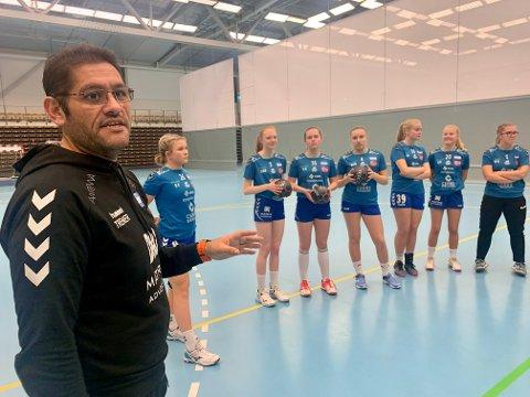 MANGE JENTER: Hovedtrener Mauro Carvajal har 37 jenter på trening, og et trenerteam bestående av sju personer.