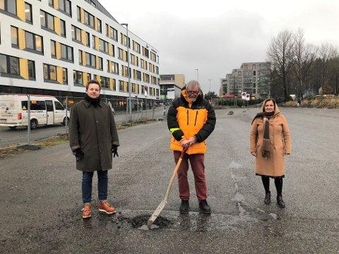 LAMBERTSETER: Jurist Asgeir Grongstad, BU-leder Knut Falchenberg og assisterende bydelsdirektør Vildgun Jakobsen markerte fredag gravestart på den tidligere P-plassen i Langbølgen.