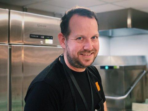 BIDRAR POSITIVT TIL HOLMLIA: Kokken Per Kristian Kivle gikk fra å jobbe på fancy restauranter til kafeen på Forandringshuset: - Det er mer givende.