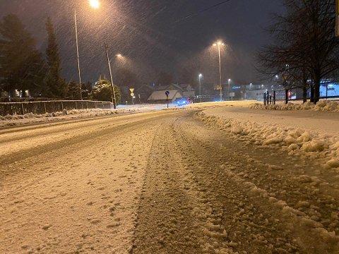 SLEIPT FØRE: Slik så det ut i Nordbyveien i Ski mandag morgen. Flere steder på Østlandet er det vått og sludd på veiene.