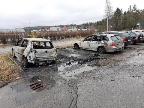 Tre biler som stod parkert på p-plassen ved Bøler senter, ble totalskadd i brann natt til søndag 16. februar. En av de utbrente bilene ble fjernet i løpet av søndagen.