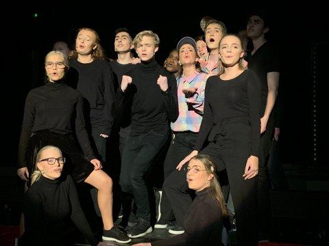 MYE SANG: Hele gjengen i et av Lambertseterrevyens mange sangnummer.