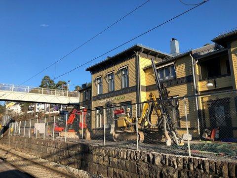 ARBEID PÅGÅR: Gravemaskiner jobber på Nordstrand stasjon.