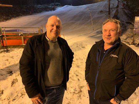 ÅPEN: Driftsleder Henning Larsen (høyre) og assisterende driftsleder Bjørn Dahl Engh er glade for at de har åpnet Sloreåsen for publikum.
