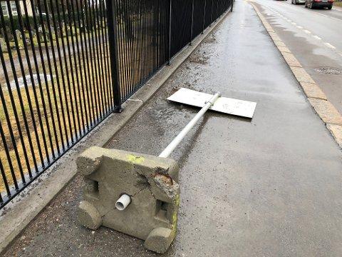VELTET: Dette skiltet i Ekebergveien har stadig veltet ned på fortauet.