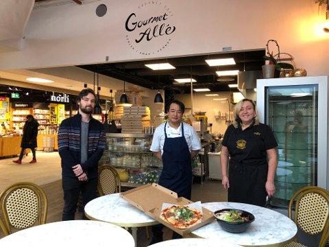 ÅPENT: (T.v. Daglig leder Henrich Heimly Cilla, assisterende kjøkkensjef Morten Rosenkrantz og bestyrer på Nordre Skøyen Hovedgård Sissel Heimly er glade for å tilby mat til lokalbefolkningen)