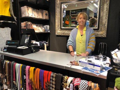 – Det henger over deg hele tiden, sier daglig leder Lise Ringlund hos Kristine Dameklær om usikkerheten rundt å drive butikk i en pandemi.