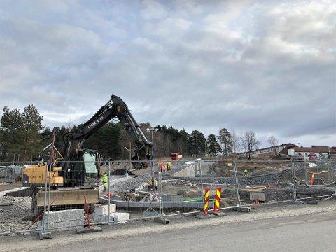 NYTT KRYSS: Der Wetlesens vei møter Plogveien bygges det et helt nytt kryss og veianlegg inn til Manglerud skole og idrettsanlegg.