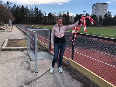 FORNØYD: SV-politiker Hanne Eldby er strålende fornøyd med at de kommunale fotballbanene åpnet igjen tirsdag.