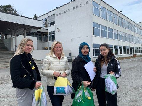 BUDBRINGERE: Nora Strømnes (venstre), Anne-Line Christensen, Pashtana Wolasmal og Tara Mamhassan er ansatte ved AKS, som deler ut påskeposer til elevene.
